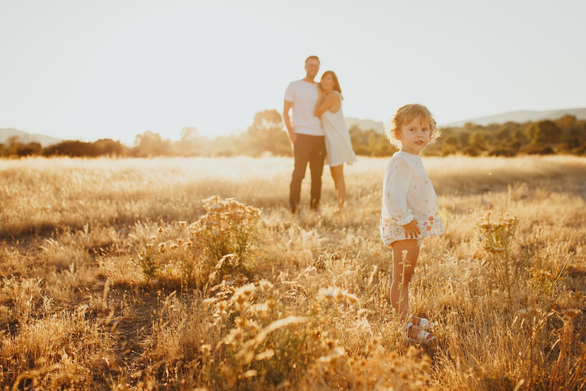Sesión fotográfica familiar al atardecer en la sierra de Guadarrama y Madrid.