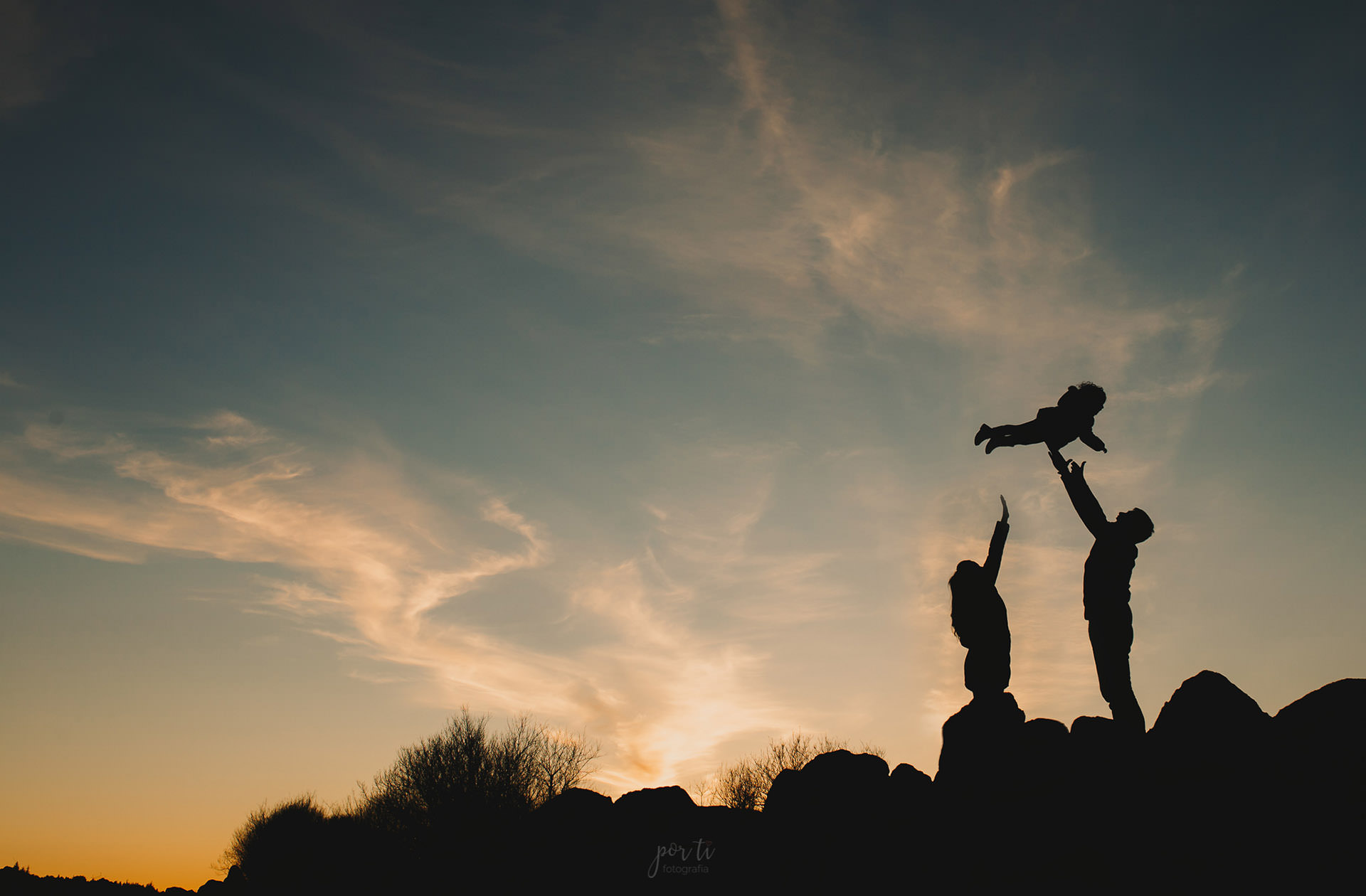 Sesión fotográfica de familia en la sierra de Guadarrama. Fotógrafo de familias en los Molinos. Sesión de fotos al atardecer.