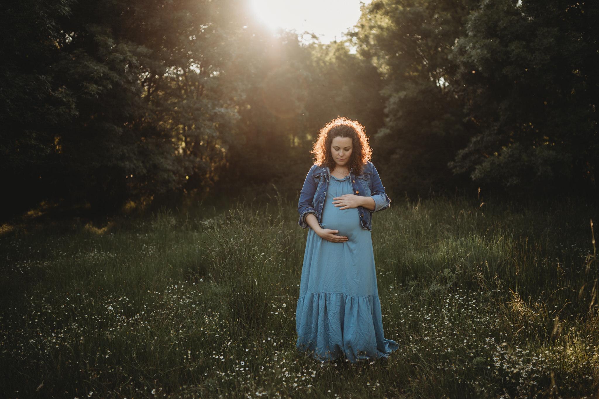 Sesión fotográfica de embarazo al atardecer en Collado Villalba.