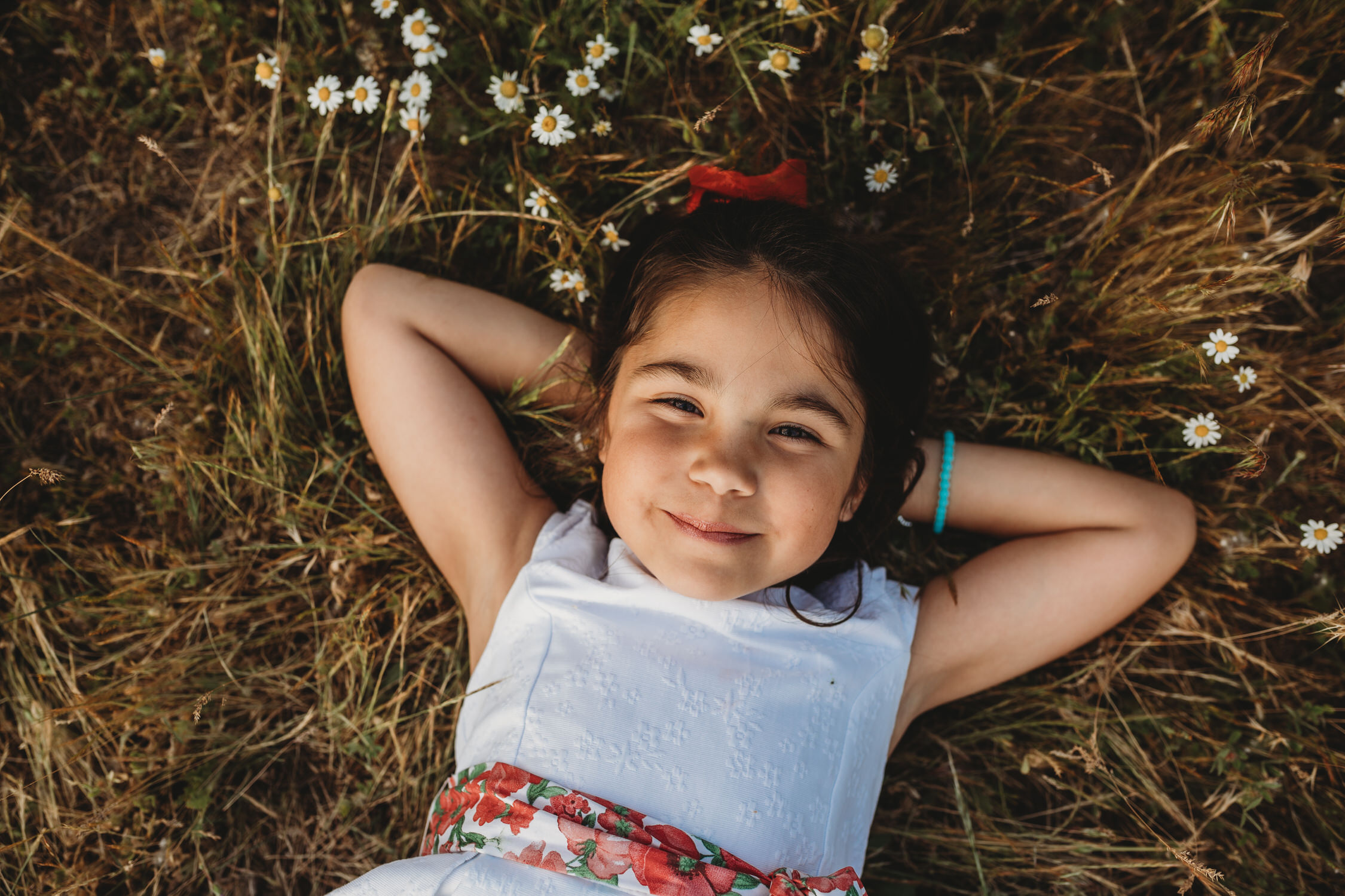 niña_tumbada_en_la_hierba